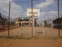 Der Sportplatz der Schule