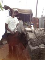 Nicholas vor seinem selbstgebauten Ofen