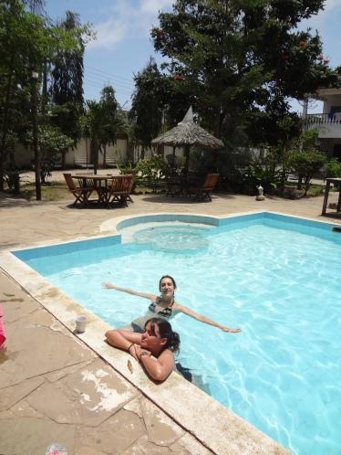 Ana und Paula im Pool