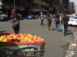 an jeder Ecke kann man frisches und leckeres Obst aus Einkaufswagen kaufen