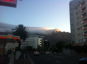 Wolken über dem Tafelberg von der Stadt aus
