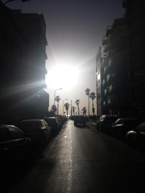 Vorm Hostel, Straße zum Strand.