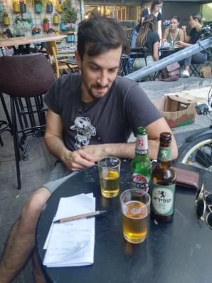 Ofek mit deutschem, ich mit israelischem Bier. Und ein paar Wörter hebräisch.