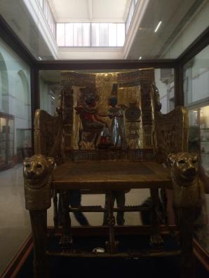 Der Stuhl von Tutanchamun, Highlight! Das haben wir in der 7. Klasse in Kunst durchgenommen, genau dieses Bild auf dem Stuhl/Thron.