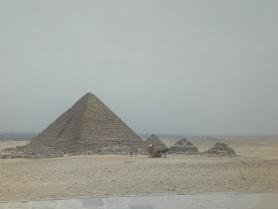 Die kleinste der 3 großen Pyramiden und ein paar noch kleinere daneben