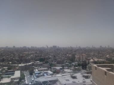 Ausblick von der Moschee, links sieht man (ganz schwer erkennbar auf diesem Foto) im Hintergrund die Pyramiden